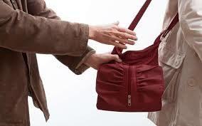 На Прикарпатті у магазині чоловік вкрав гроші із жіночої сумки e215d4e3c3da2