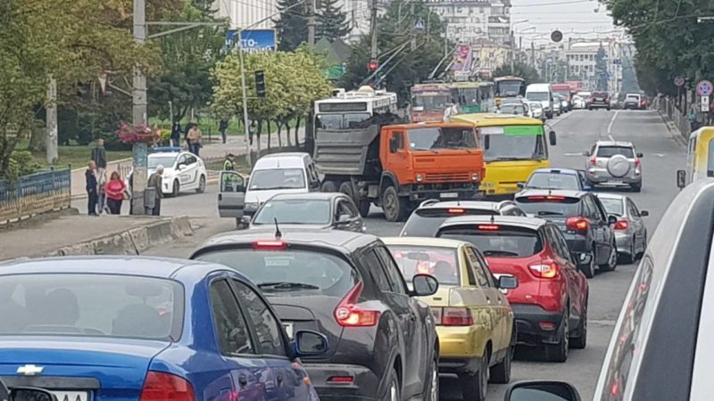 Через ДТП Камазу та мінівена вулиця Незалежності зупинилася у ...