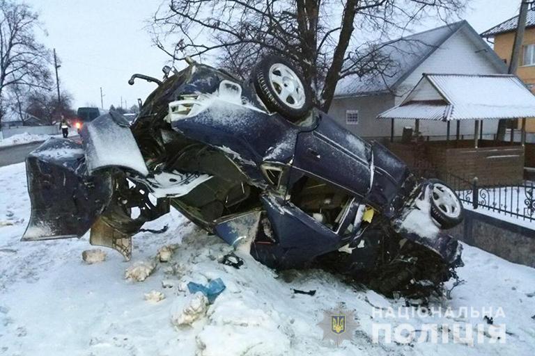 Смертельна ДТП на Прикарпатті: автівка врізалася в бетонну огорожу (ФОТО)