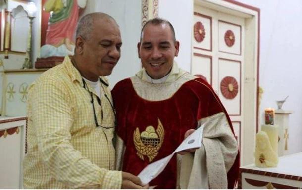 В Іспанії шахрай 18 років прикидався священиком