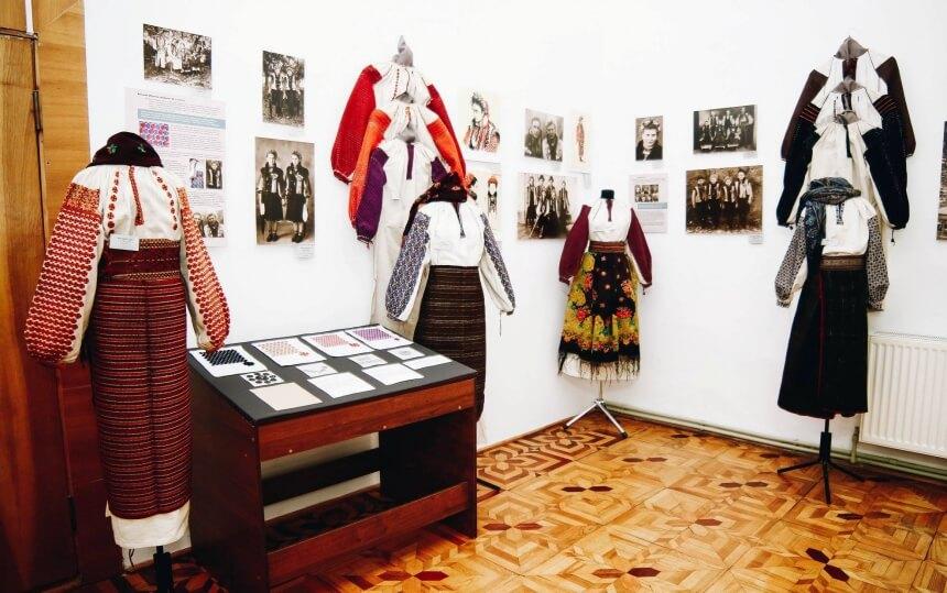 На Прикарпатті відкрили виставку історії моди (ФОТО)