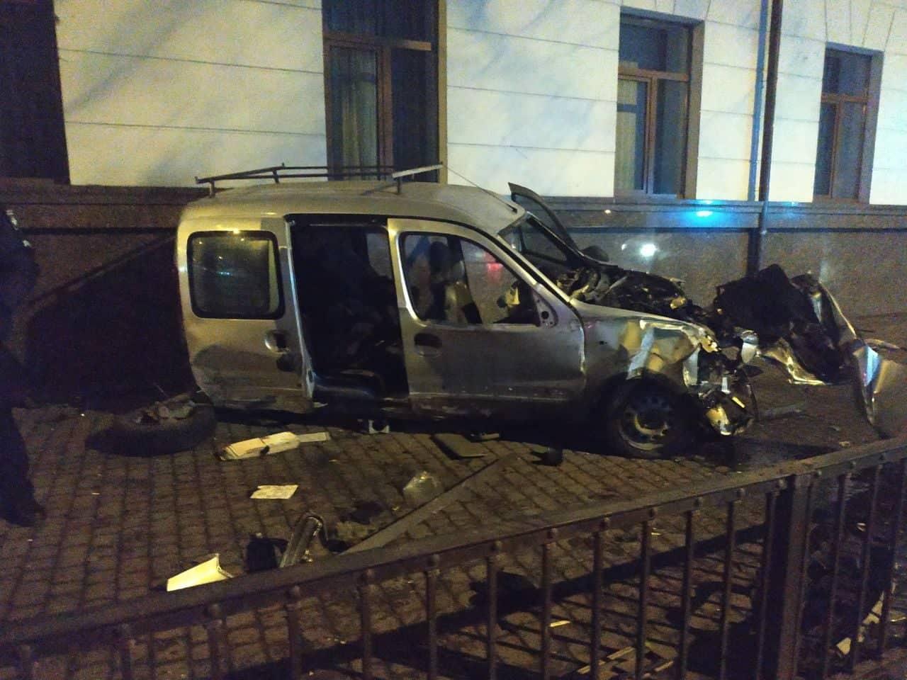 У ніч на вівторок, по вулиці Василіянок, авто повне нетверезих людей врізалося у духовну семінарію. Всіх пасажирів та нетверезого водія госпіталізовано (фотофакт)