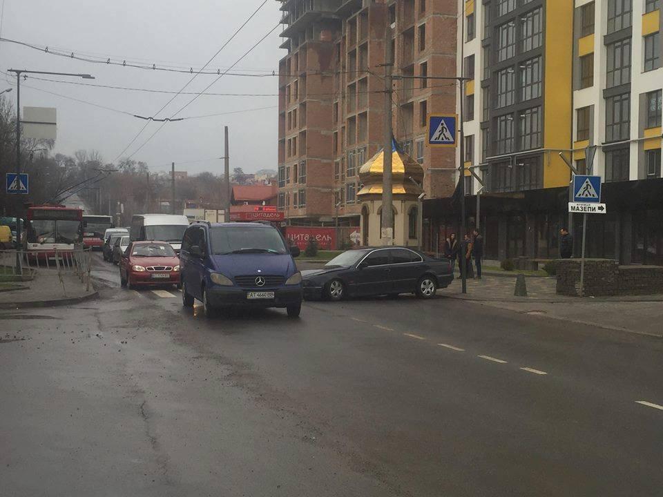 """На """"Пасічній"""" подвійна ДТП - зіткнулися відразу три автомобілі (фотофакт)"""
