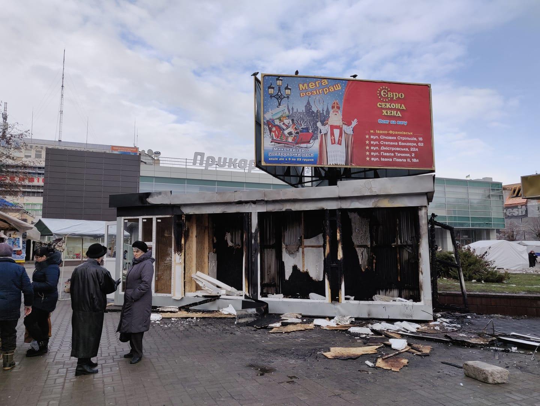 У ніч на неділю біля франківського ЦУМу спалахнув щойно встановлений новесенький МАФ (фотофакт)