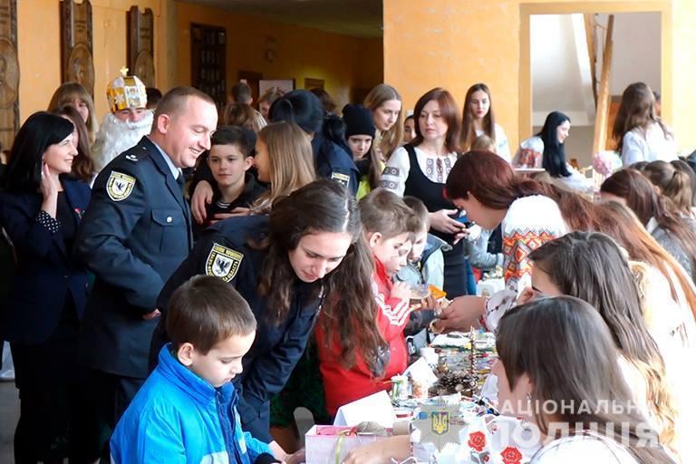 Прикарпатські поліціянти створювали ялинкові прикраси разом з вихованцями центру реабілітації дітей (ФОТО, ВІДЕО)