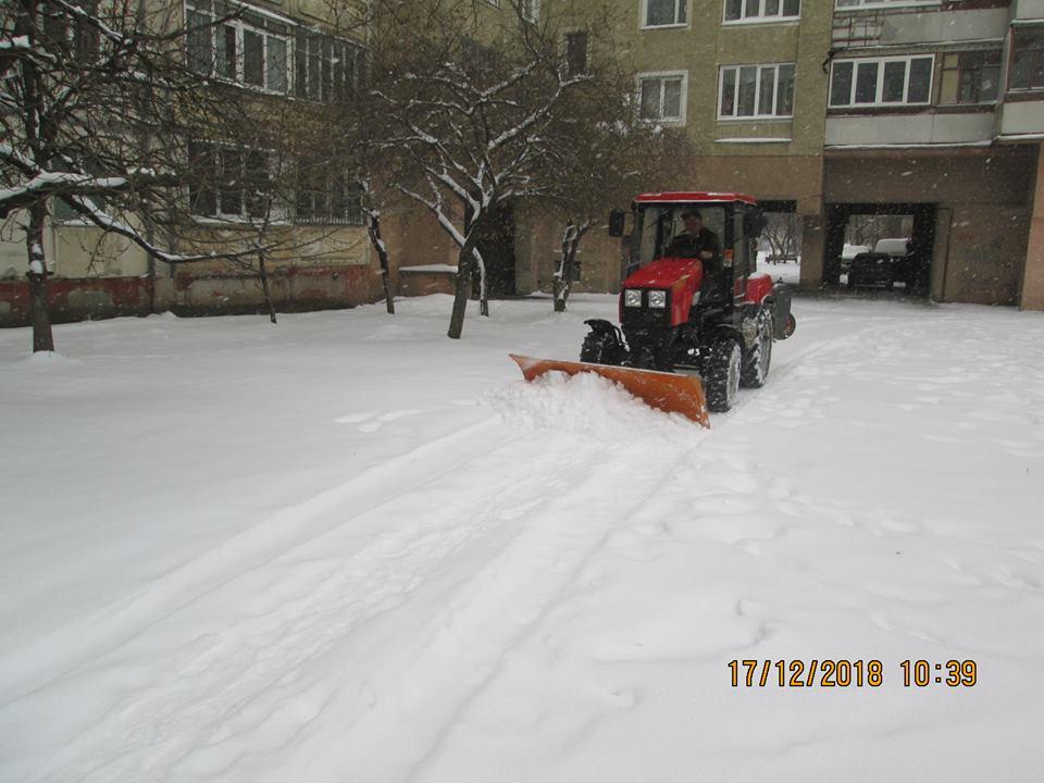 Як франківські комунальники боролися зі снігопадом у дворах міста (фоторепортаж)