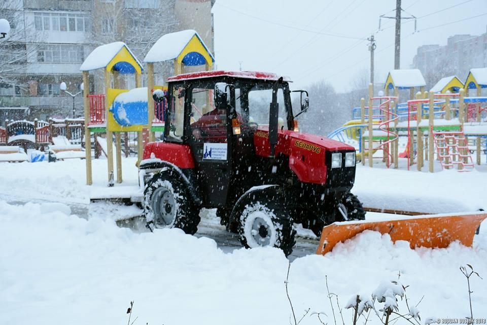 Як МІУК прибирає від снігу франківські двори (ФОТО)