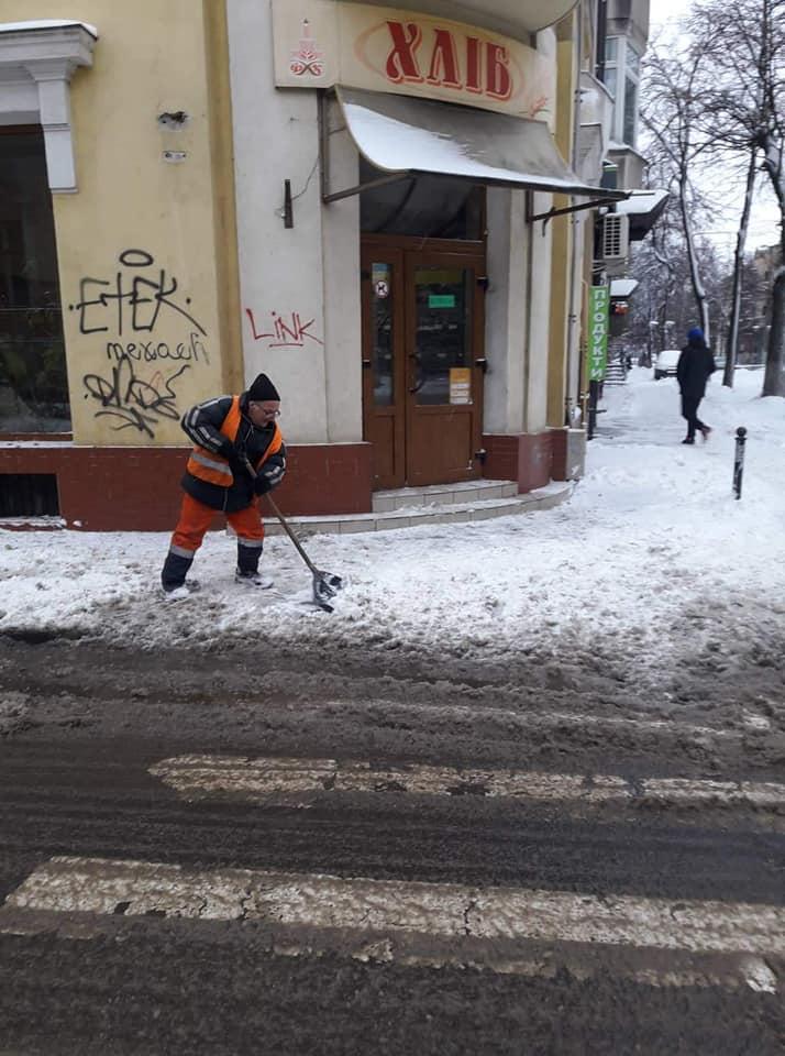 У неділю чистити вулиці Франківська від снігопаду вийшли десятки дорожників та спецтехніка (ФОТО, ВІДЕО)