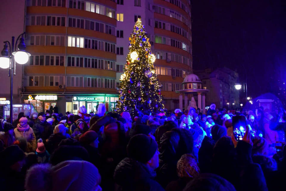 Святкова атмосфера: на Каскаді засяяла новорічна ялинка (фоторепортаж)