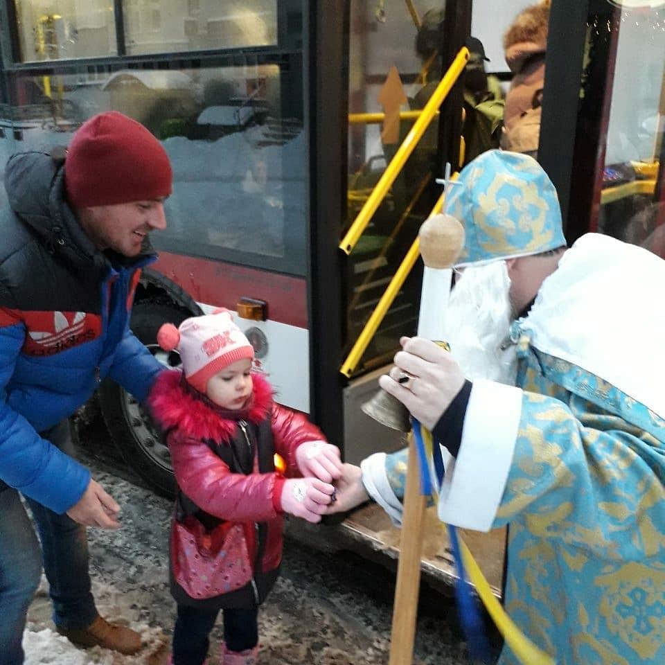 У комунальному транспорті Франківська Святий Миколай роздавав пасажирам солодощі та фрукти (ФОТО)