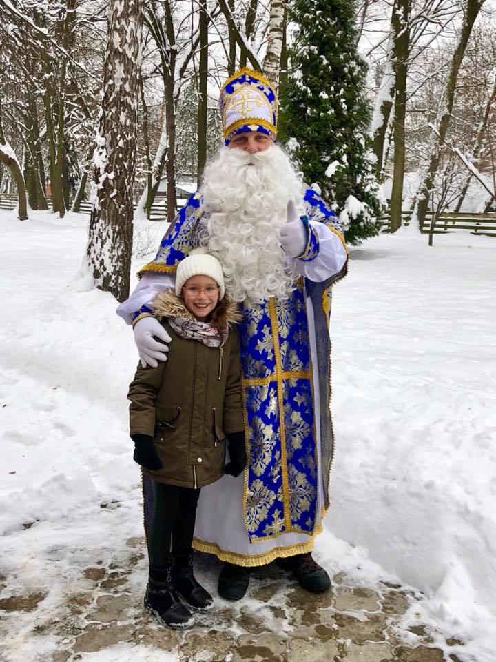 Святий Миколай роздавав печиво відвідувачам міського парку (ФОТО)