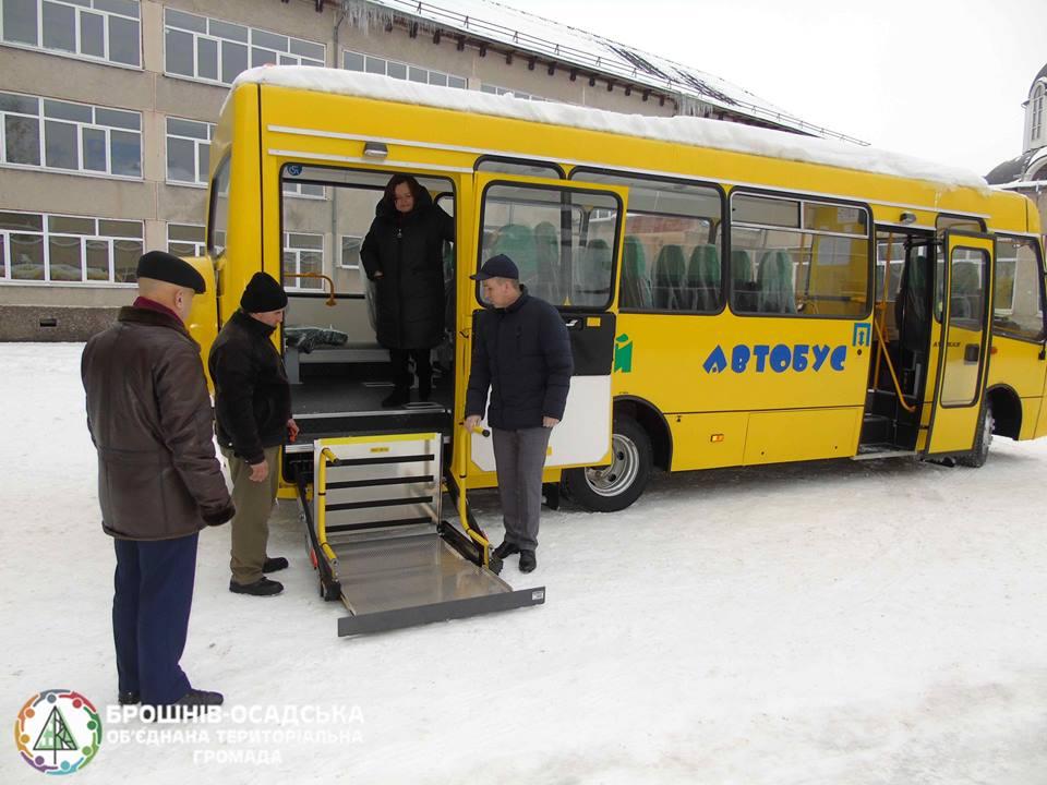 Брошнів-Осадська ОТГ отримала шкільний автобус для дітей з особливими потребами (ФОТО)