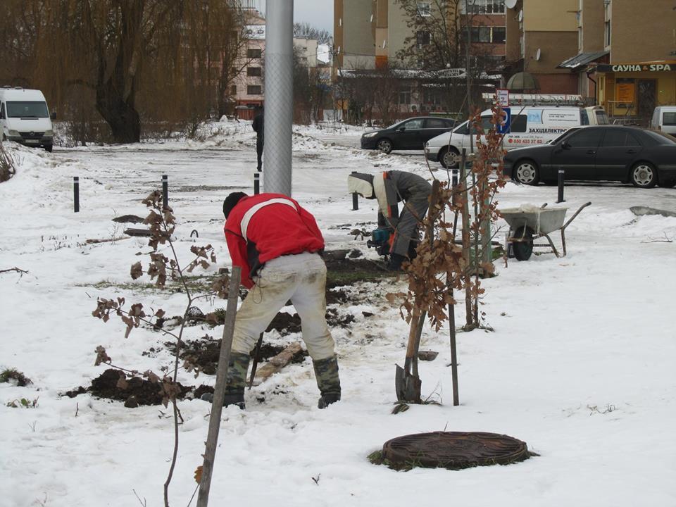 """Біля міського озера продовжують зводити паркан. Марцінків обіцяє діяти """"в межах закону"""" (ФОТО)"""