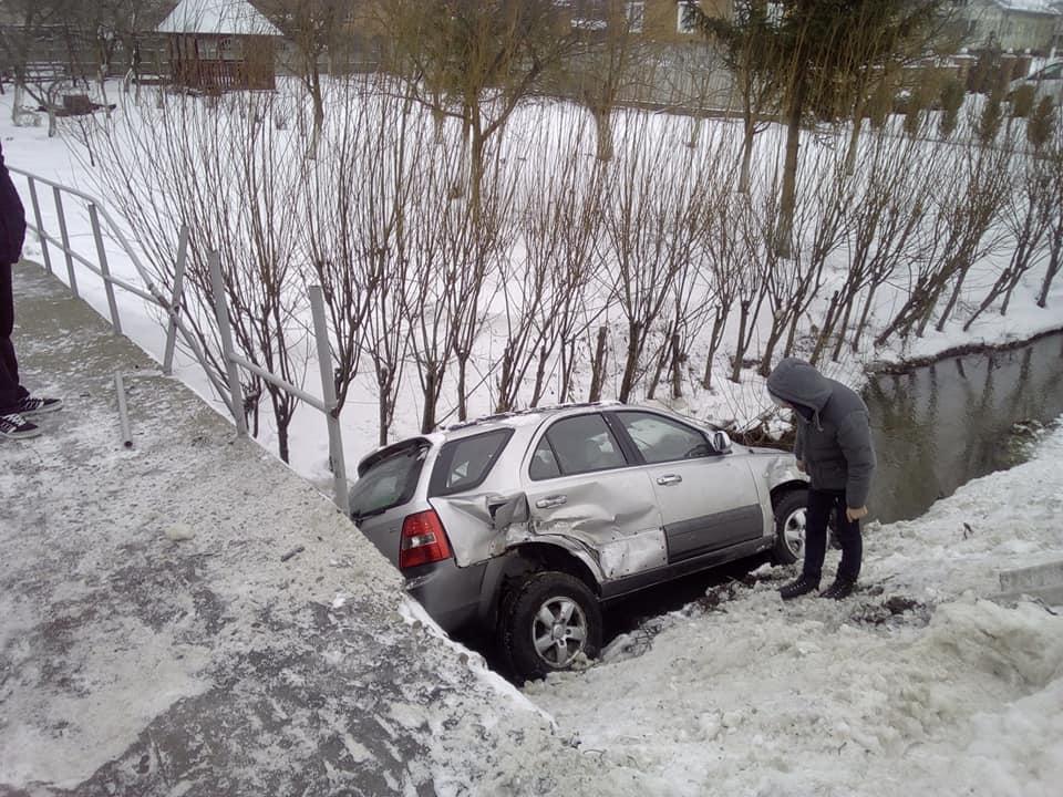 ДТП на Прикарпатті: автівка врізалась у відбійник та злетіла у ставок (ФОТО)