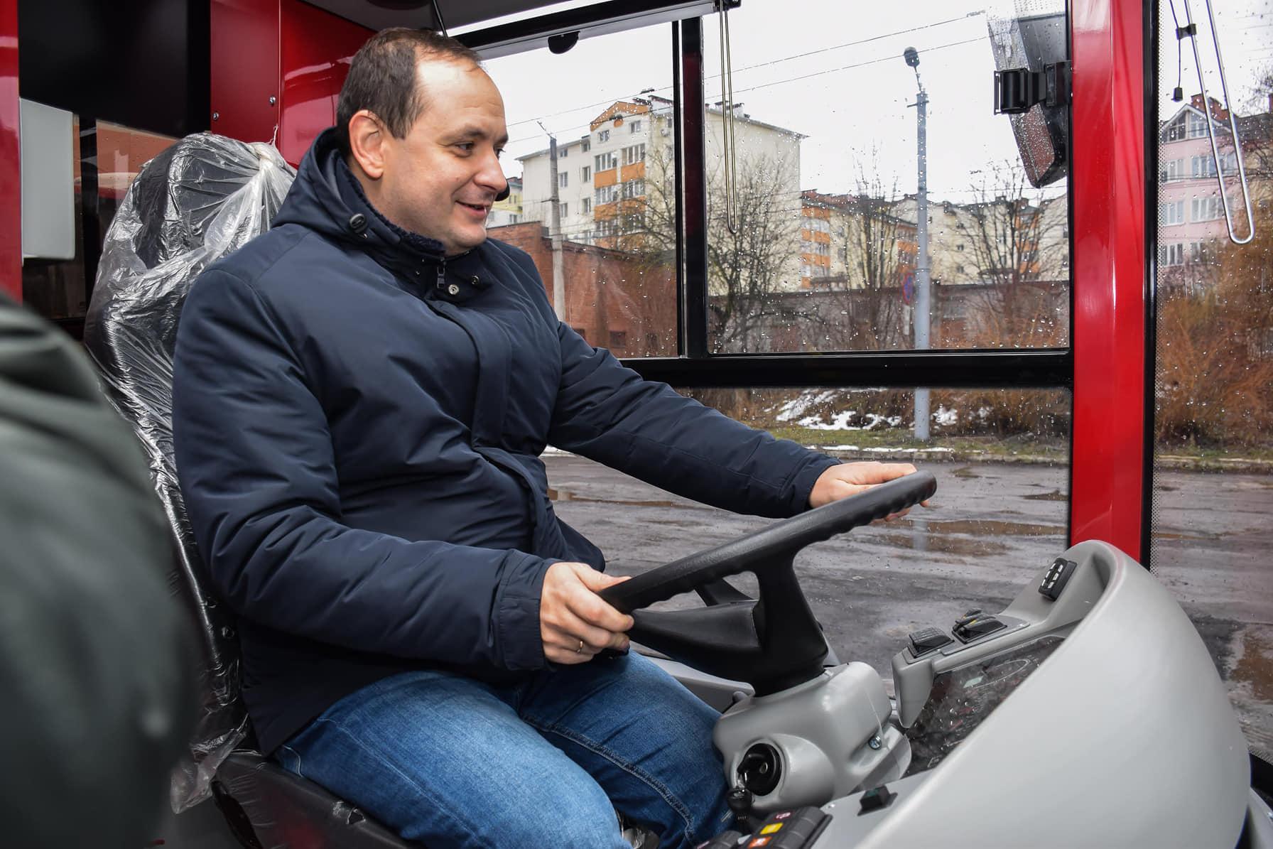 """У Франківськ прибула партія нових автобусів """"Богдан"""" (ФОТО)"""