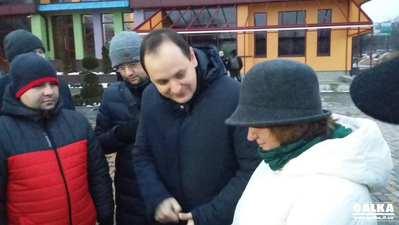 На скандальній зеленій ділянці біля озера мер і депутати влаштували прийом громадян (ФОТО, ВІДЕО)