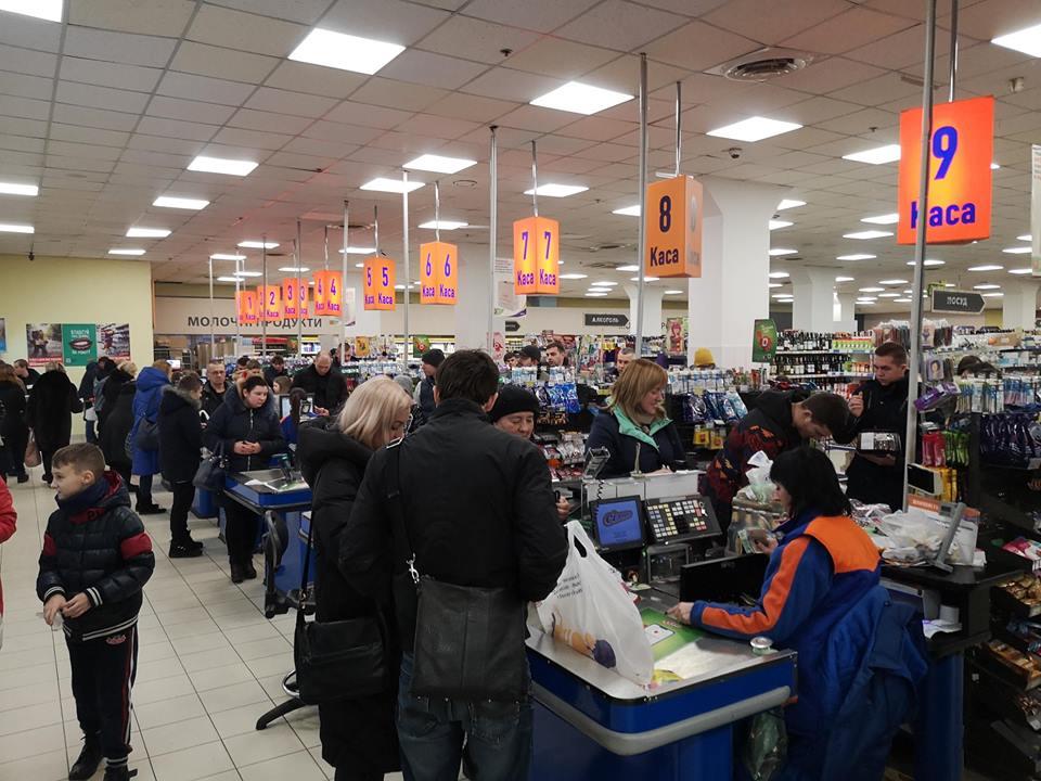 """""""Хроніки новорічного зубожіння"""": франківці влаштували """"затори"""" в магазинах"""