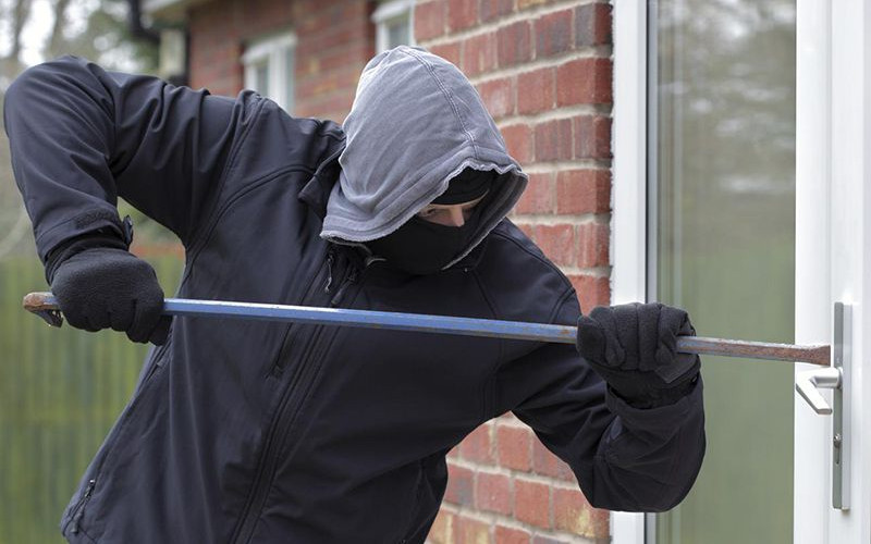 Крадій-рецидивіст поцупив кришки до ліхтарів з франківського магазину
