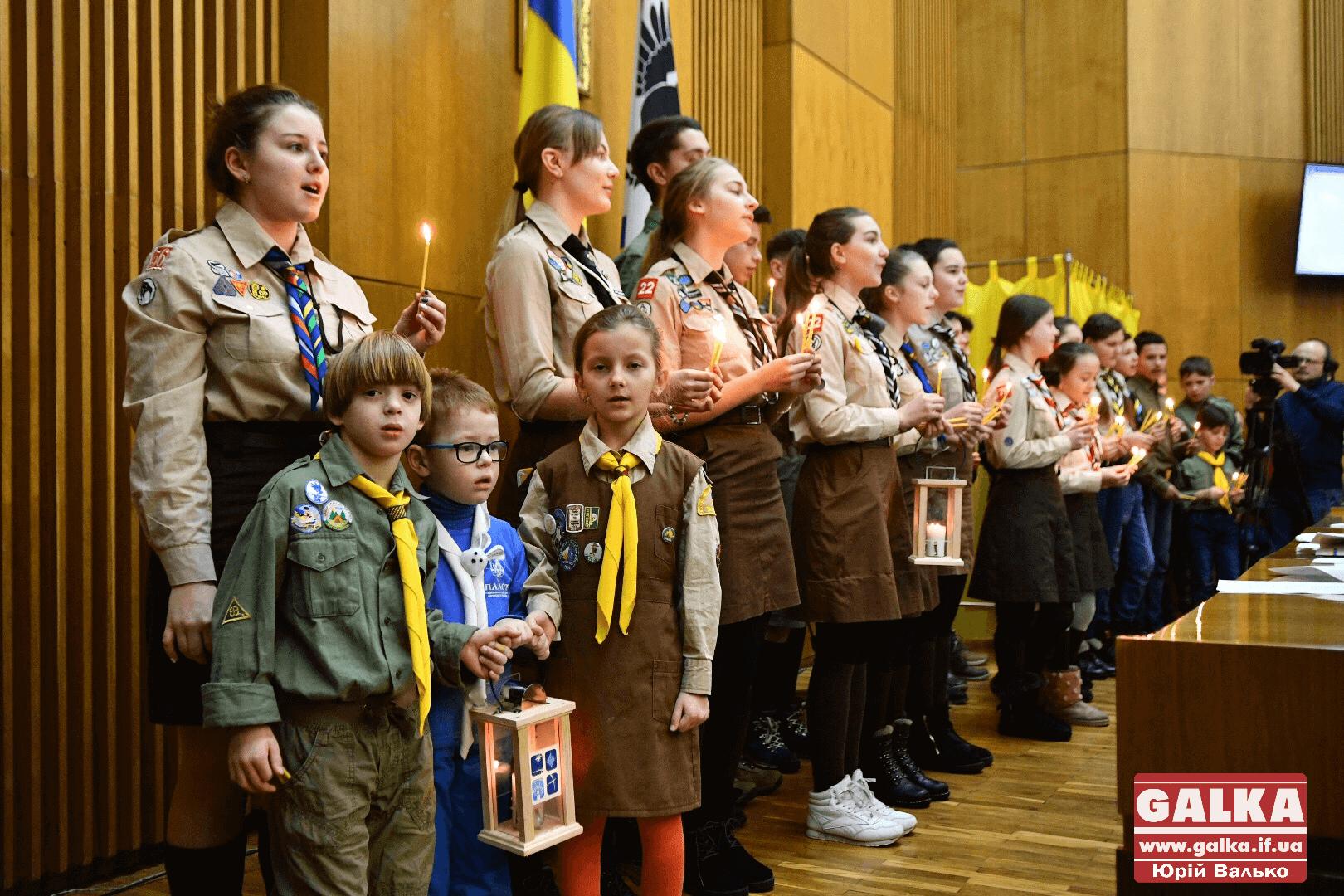 Депутатам облради принесли Вифлеємський вогонь (ФОТО)