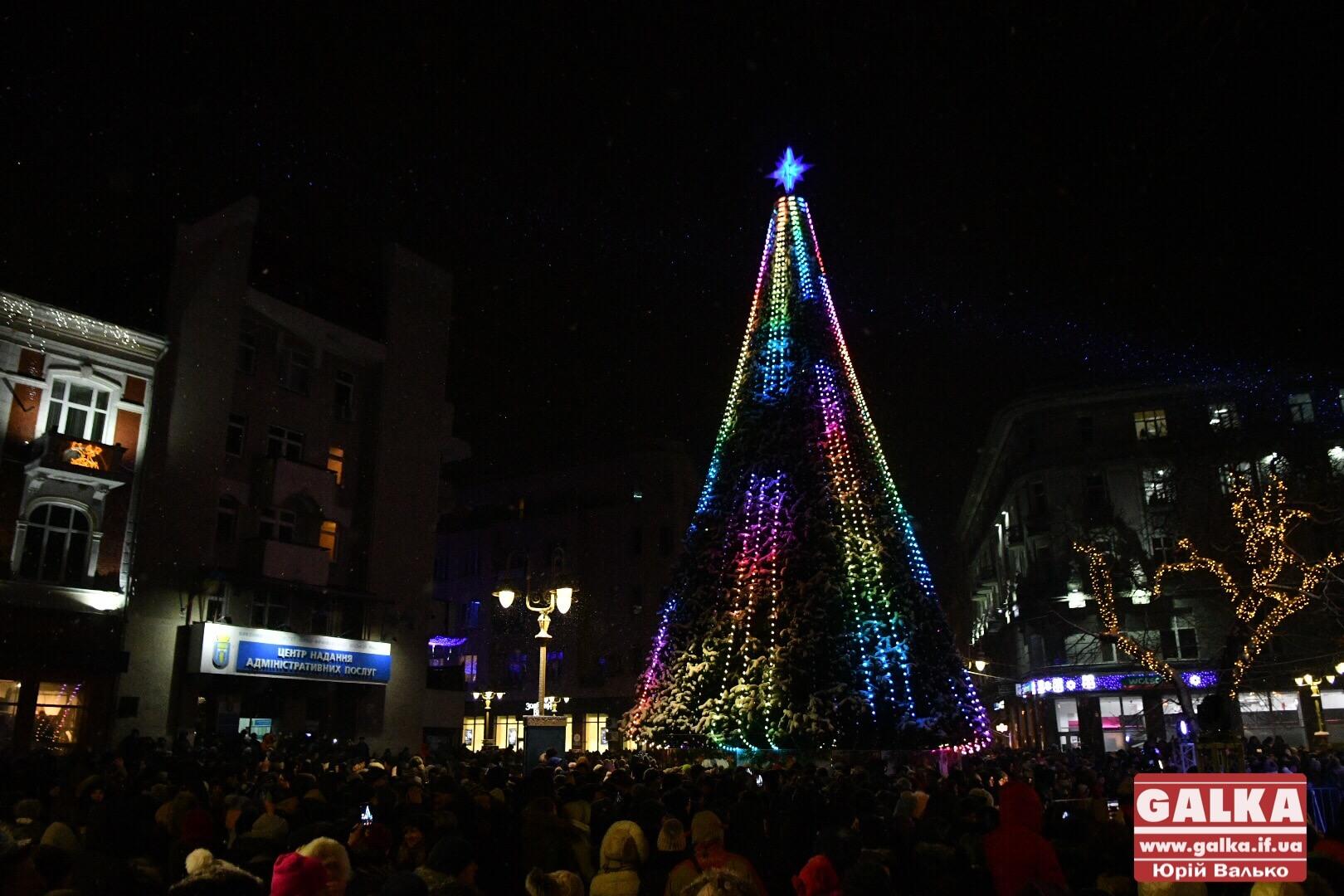У центрі міста засяяла головна новорічна ялинка Івано-Франківська (ФОТО)