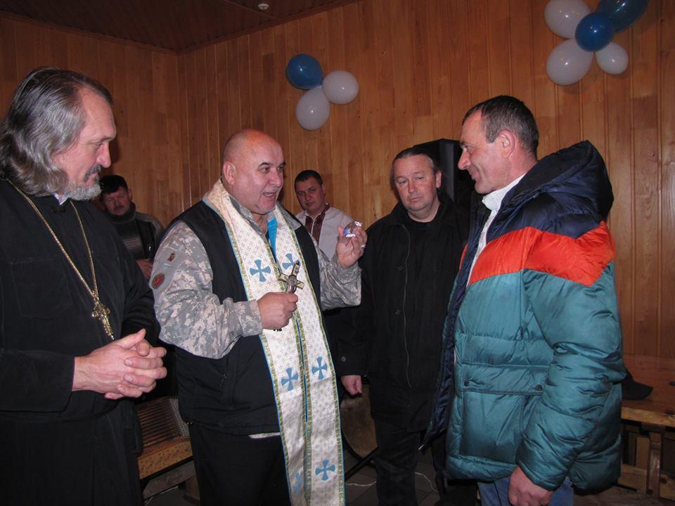 Гуцули Криворівні відправлять на передову нову капличку, смаколики та подарунки від Миколая (ФОТО)