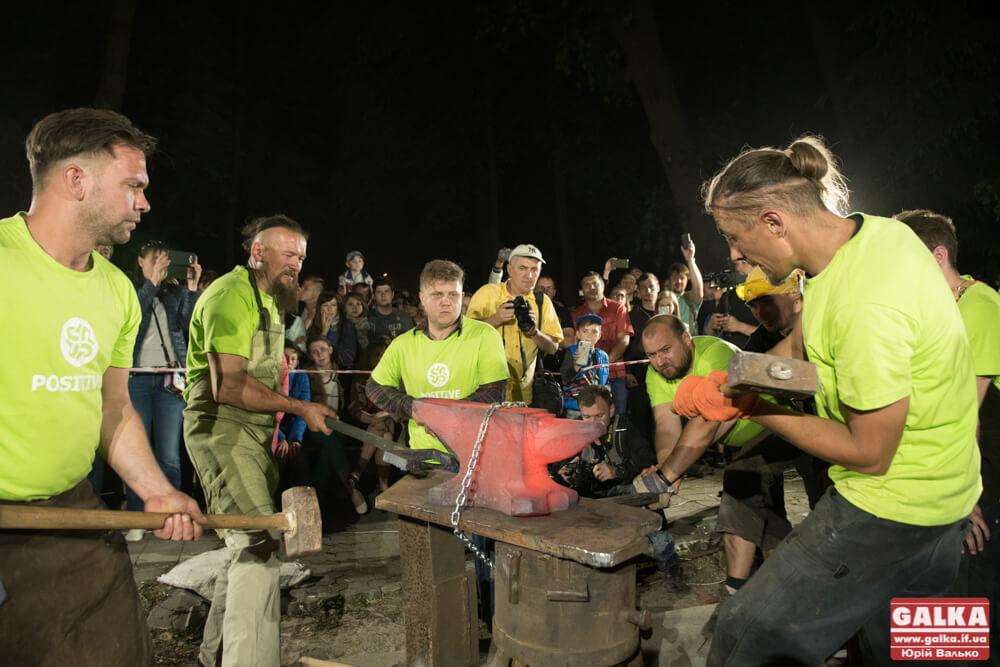 Майстри вогню та металу вразили місто нічним куванням (ФОТОРЕПОРТАЖ + ВІДЕО)