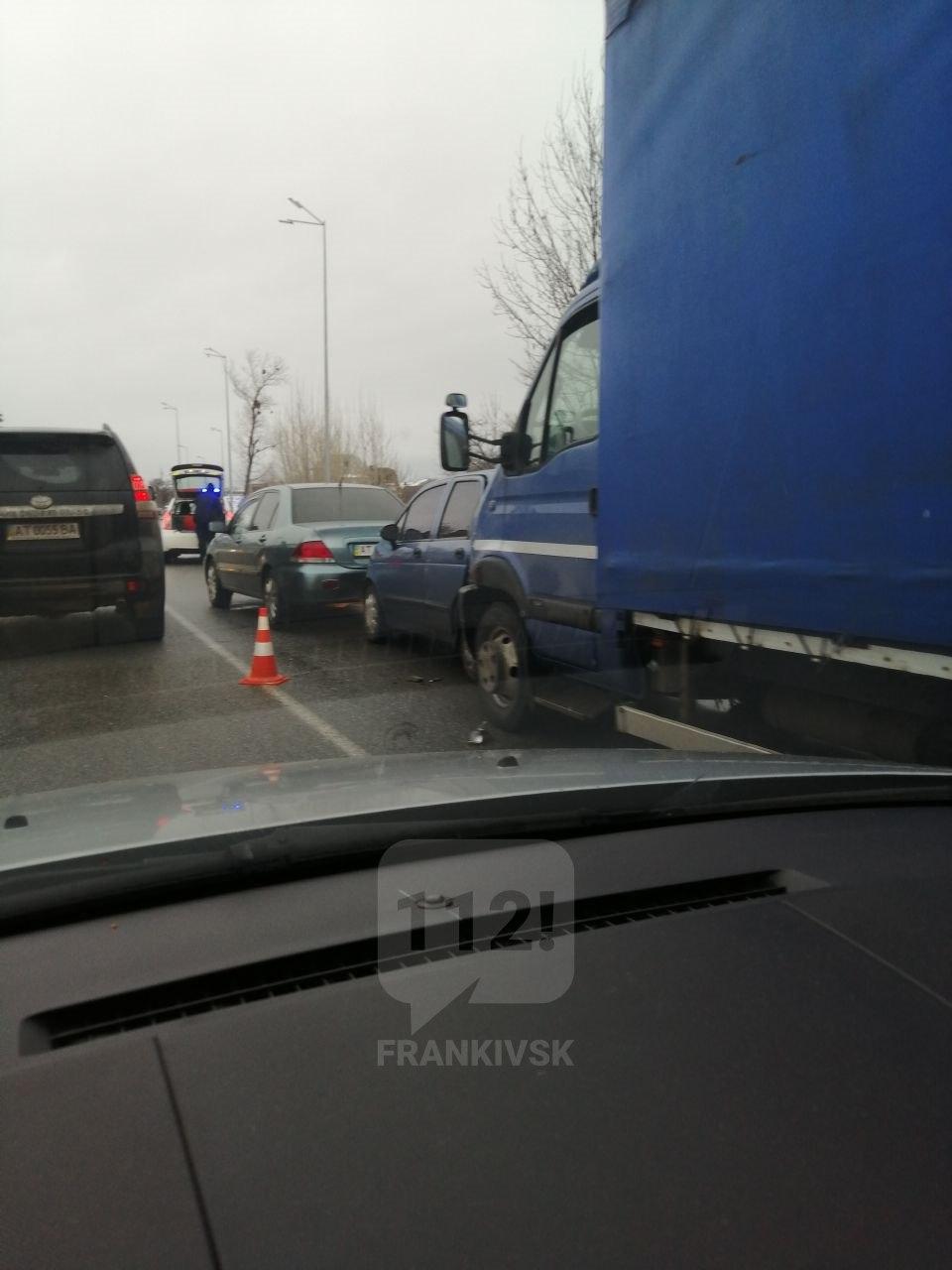 На Набережній зіткнулися п'ять машин, на вулиці значний затор (ФОТО)