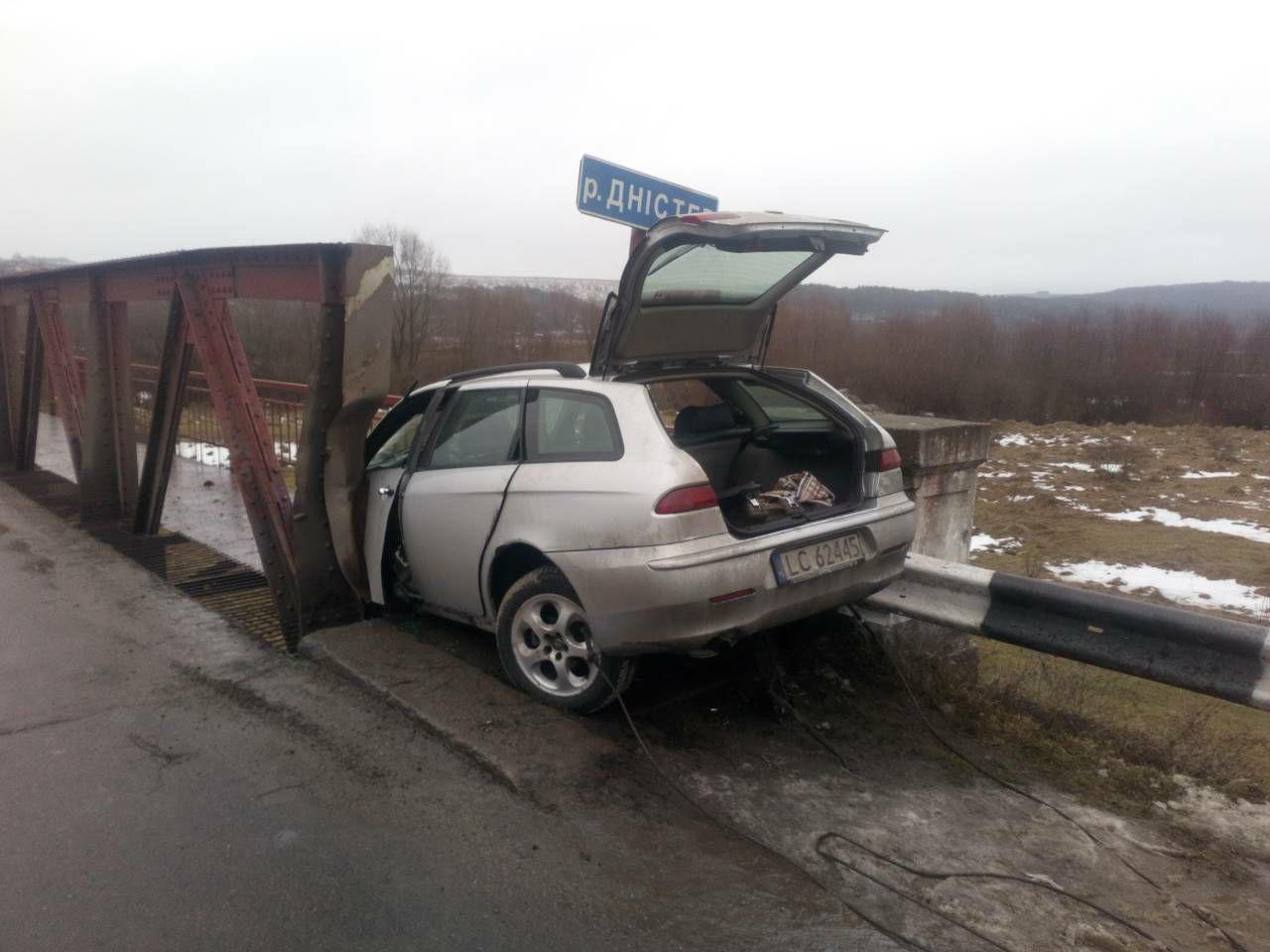 На Тлумаччині авто ледь не злетіло з моста (ФОТО, ОНОВЛЕНО)