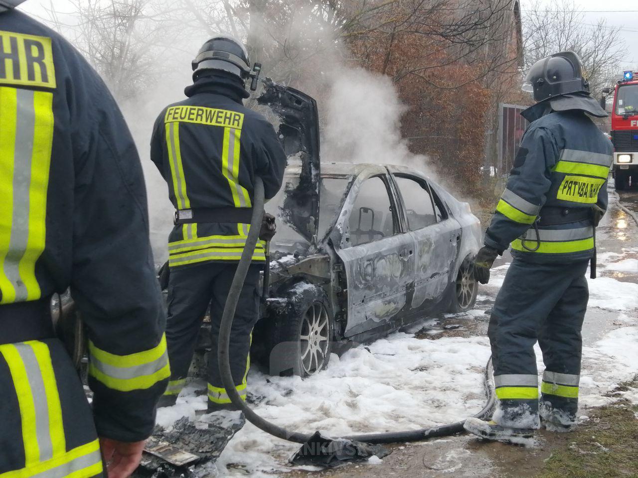 """У Франківську невідомі підпалили автомобіль """"на бляхах"""""""