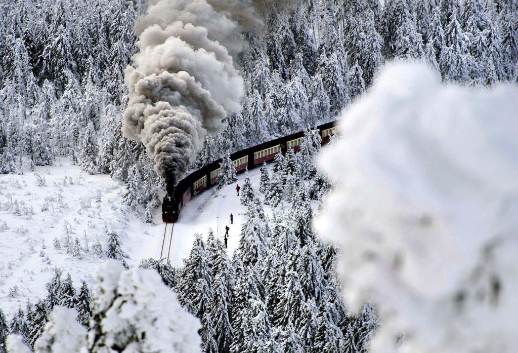 """""""Їздити не будемо – паливо закінчилось"""", – на Прикарпатті скасовують рейси приміських поїздів (ВІДЕО)"""