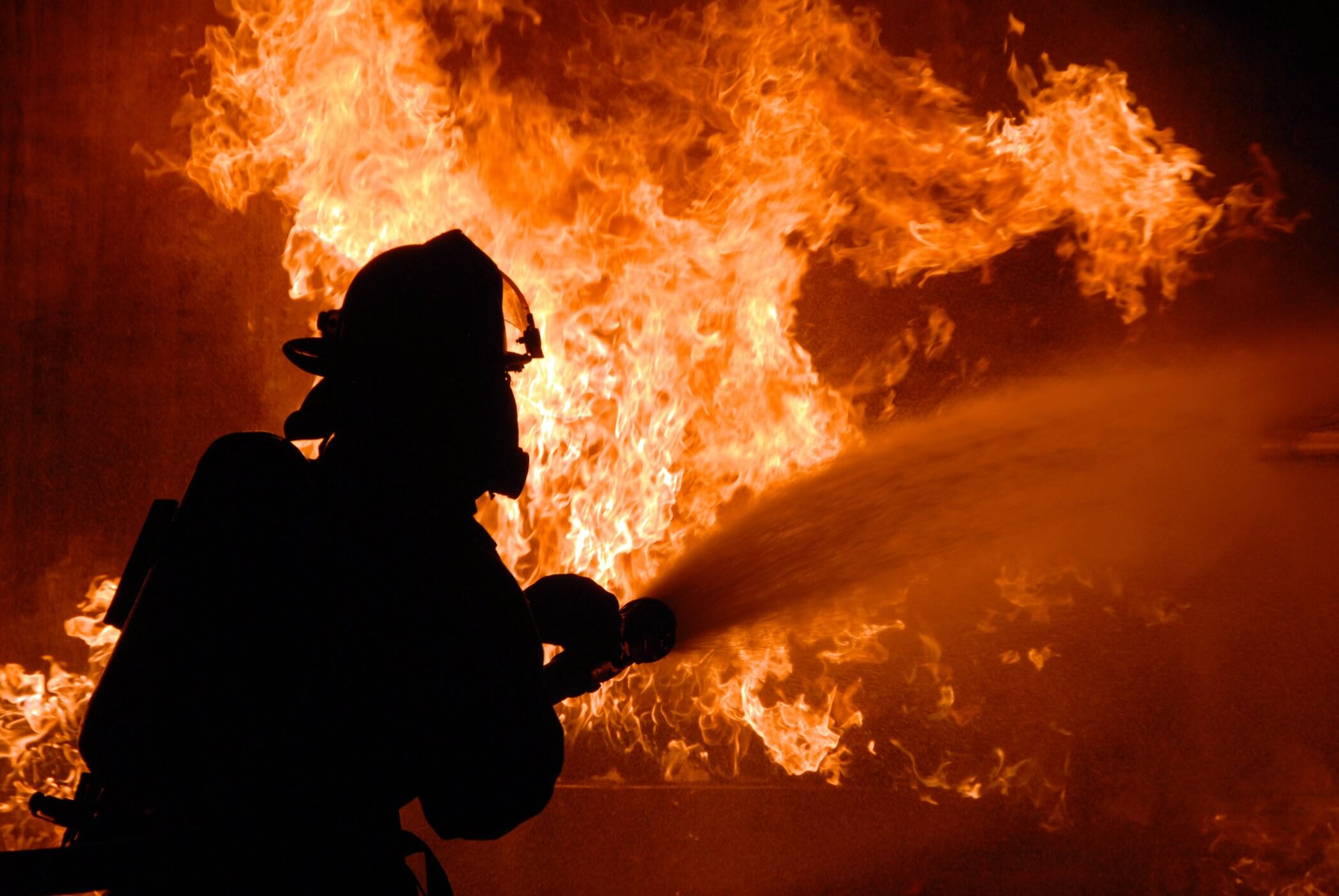 На пожежі у франківській багатоповерхівці ледь не загинув безхатько