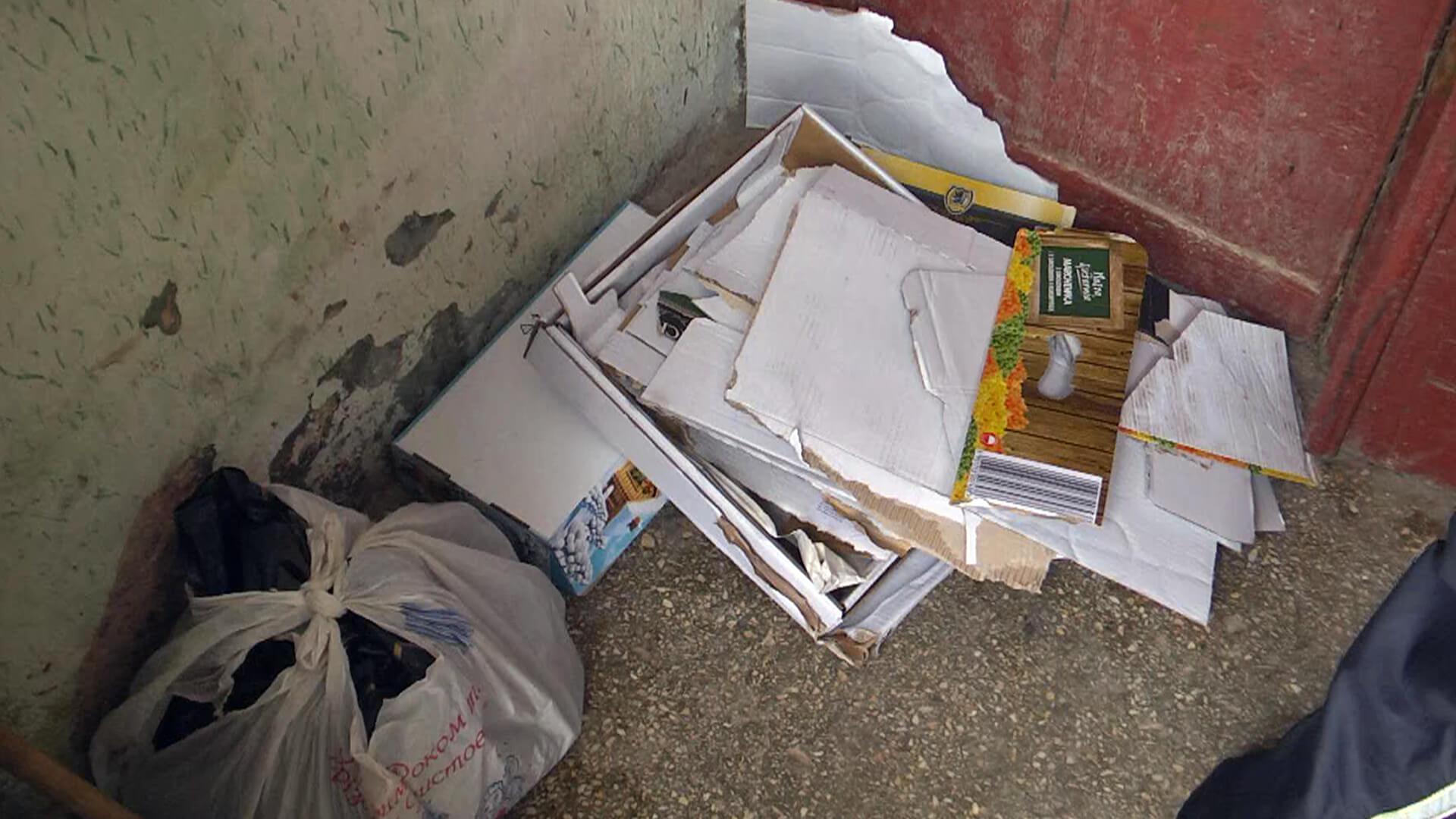Коломиянка понад 10 років зносить у свою квартиру сміття. Сусіди б'ють на сполох (ВІДЕО)