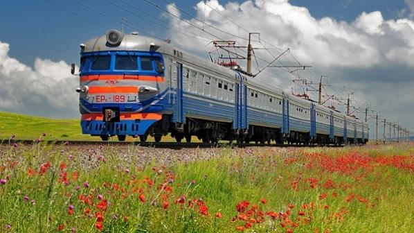 Потяг, що курсує через Франківщину, застряг у полі