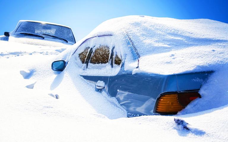 На Тисмениччині рятувальники визволяли зі снігового полону мікроавтобус з дитиною в салоні