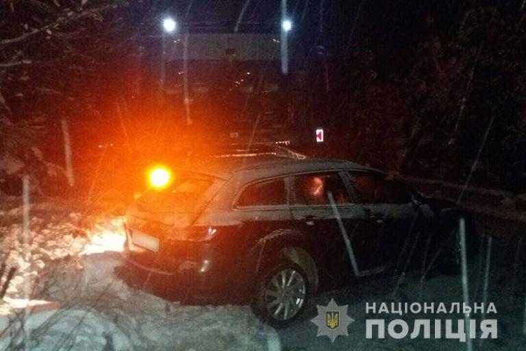 З'явилися фото ДТП, у якій автобус притиснув чоловіка до бордюра