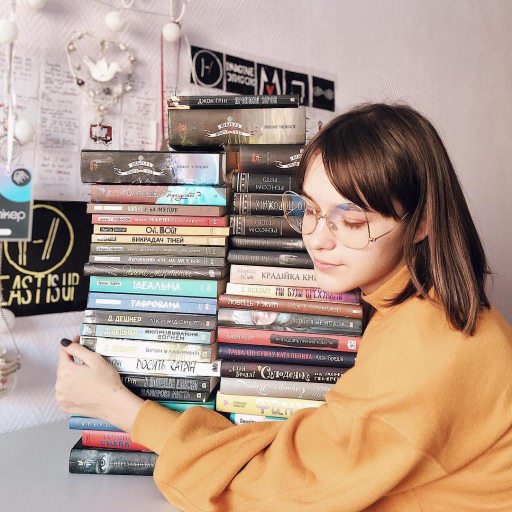 Дівчина з Івано-Франківська стала популярною завдяки книгам