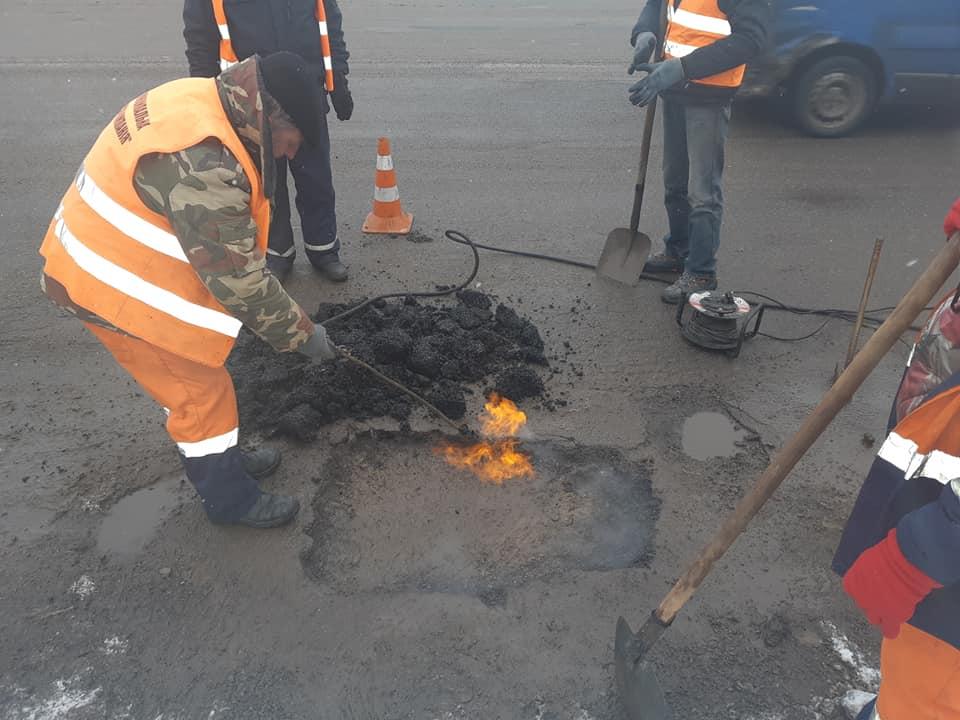 Січневий ремонт: у Франківську почали латати ями на дорогах (ФОТО)