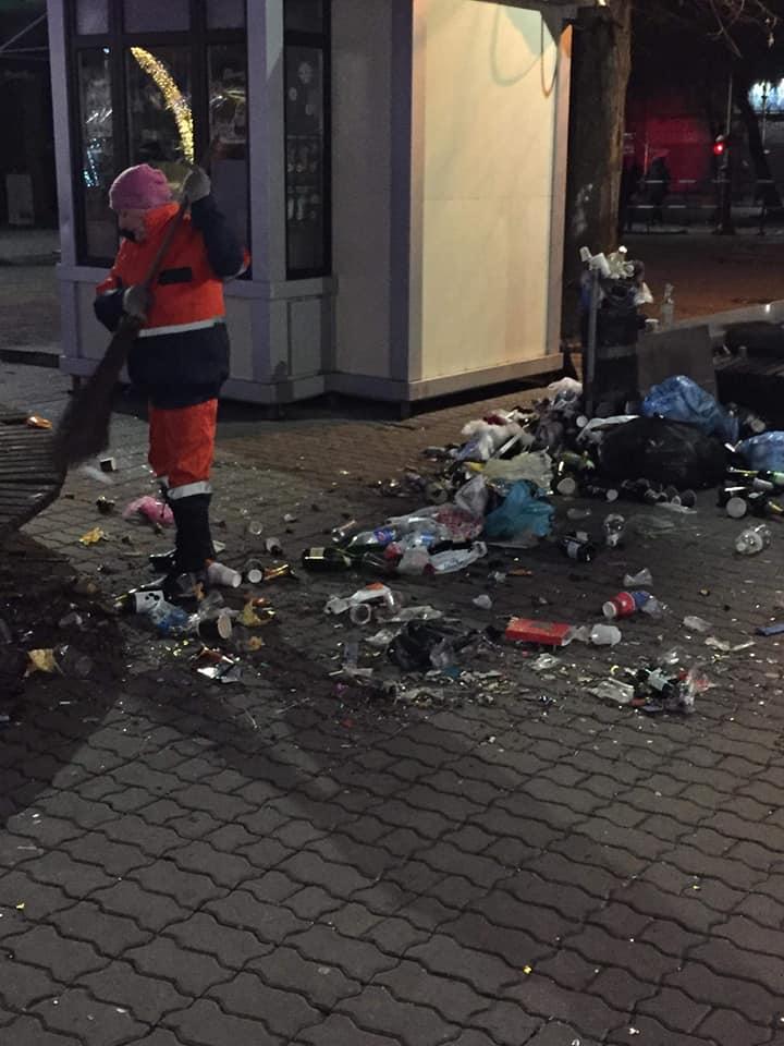 Після новорічної ночі з Вічевого майдану вивезли причіп пляшок та іншого сміття (ФОТО)