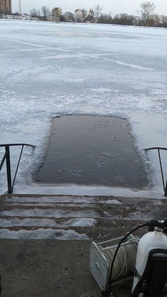 Напередодні Водохреща водолази почистили місця купання на Бистрицях та у Дністрі