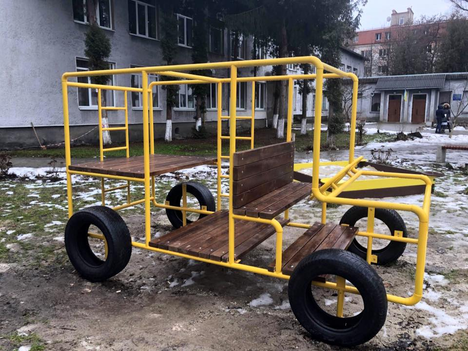 У Франківську для дітей з вадами інтелекту встановили ігровий автобус (ФОТО)