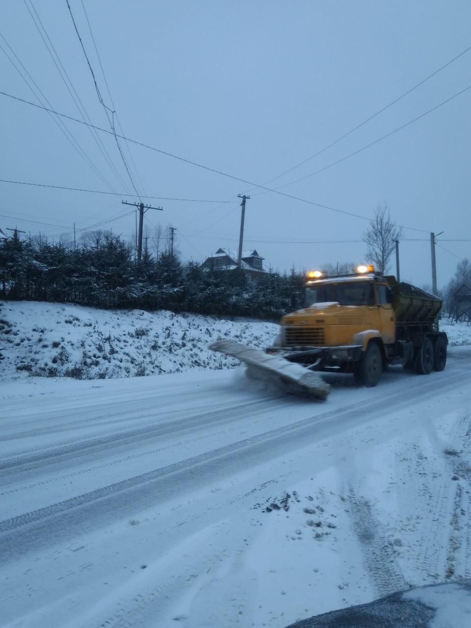 Негода на Прикарпатті: дорожники звітують про ускладнений, але забезпечений проїзд (ФОТО)