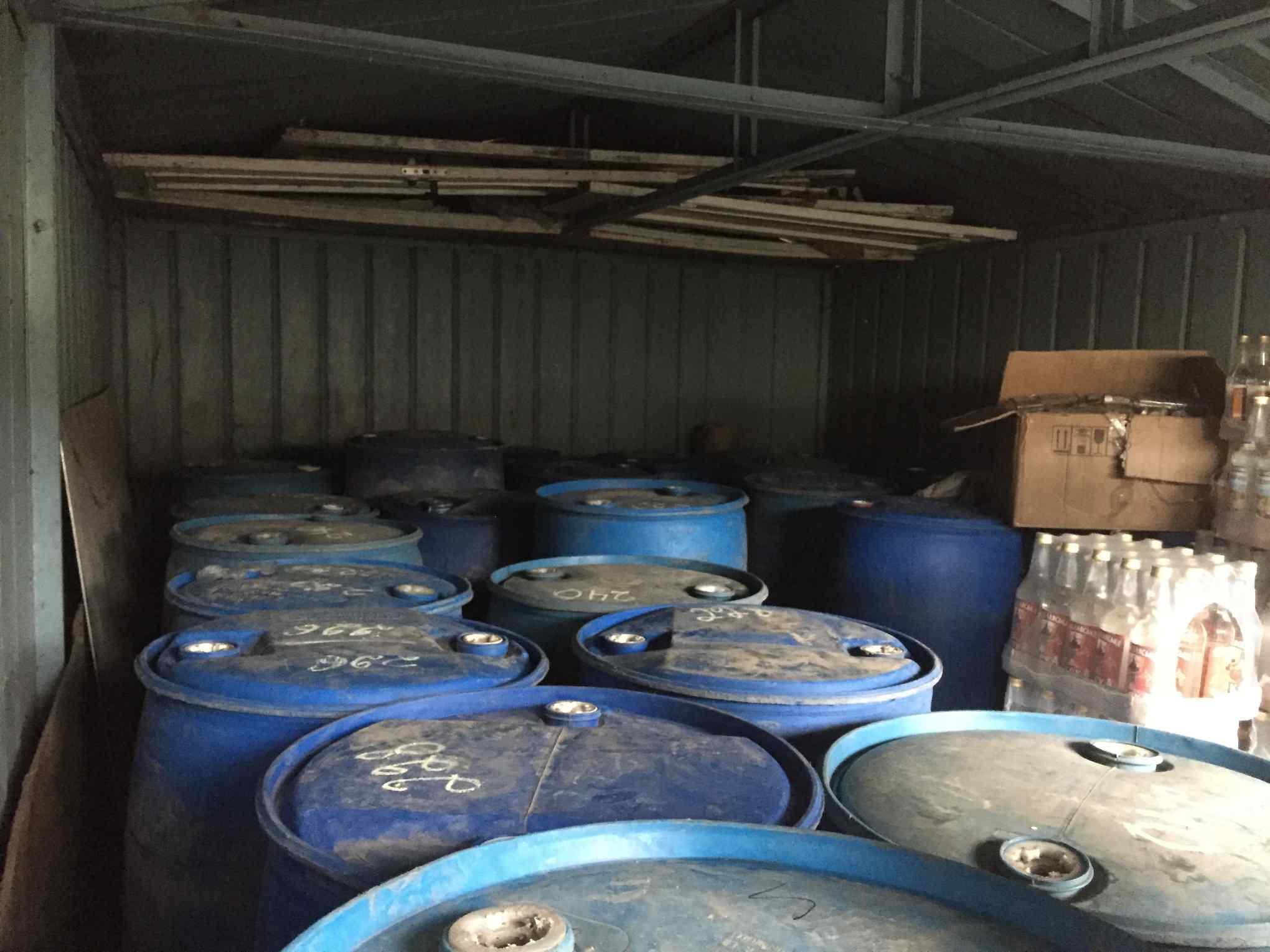 У гаражі прикарпатця знайшли понад п'ять тисяч літрів спирту (ФОТОФАКТ)