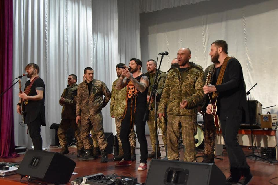 """KOZAK SYSTEM зіграв """"фронтовий концерт"""" для військових прикарпатської бригади (ФОТО)"""
