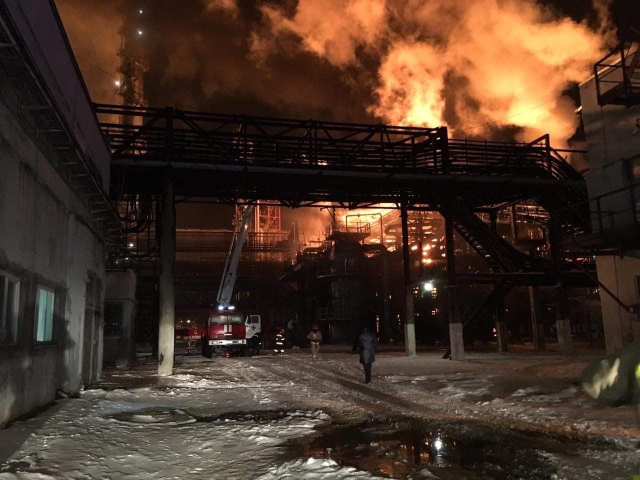 У Калуші горить одне з найбільших хімічних підприємств України. Що відомо і чи є небезпека? (ФОТО, ВІДЕО)