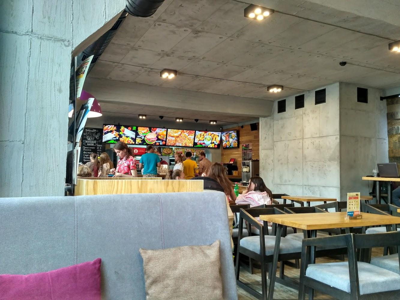 У ресторані в центрі міста виганяли відвідувача-порушника. Інші гості заступилися за чоловіка (ВІДЕО)