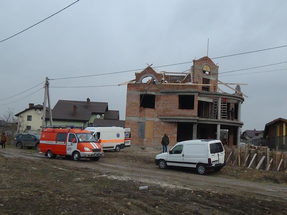 В передмісті Івано-Франківська  робітник упав з риштування
