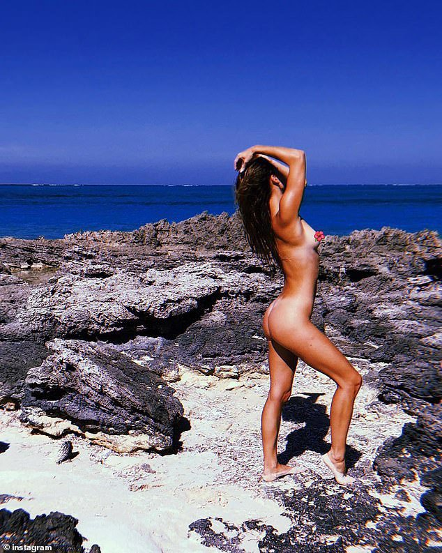 """Екс-дівчина Ді Капріо розслабилась """"ню"""" на березі моря (ФОТО 18+)"""