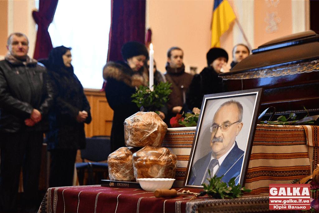 Сотні людей прийшли попрощатися з екс-головою обласної ради (ФОТО)