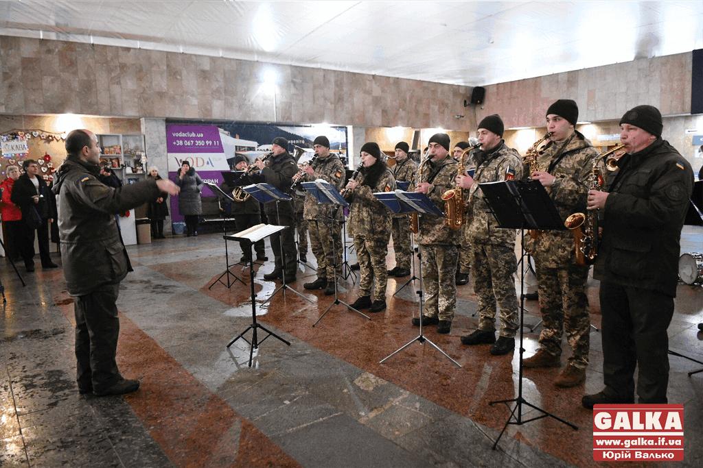 У франківському аеропорту оркестр Національної гвардії вшанував пам