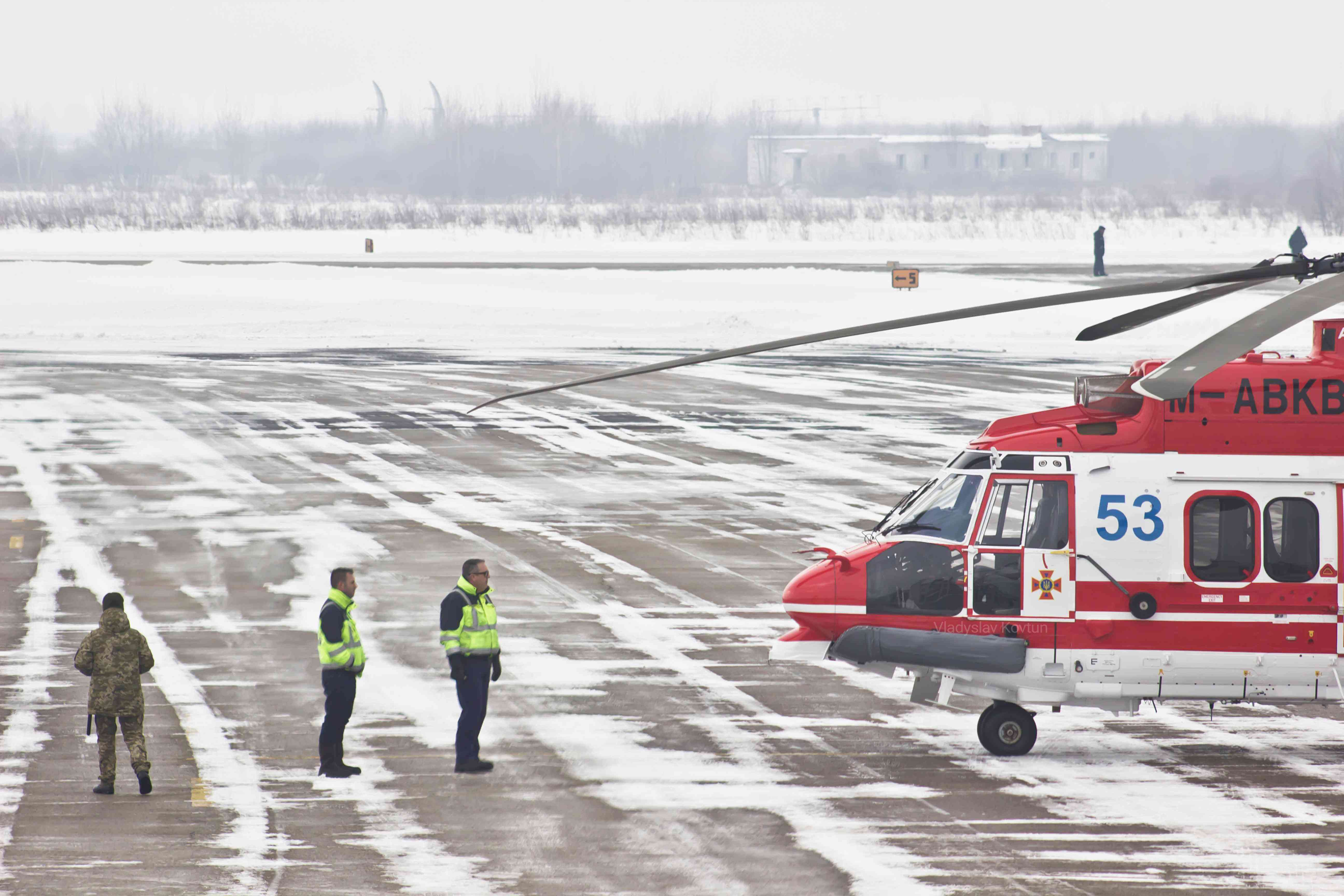 """У Франківську на шляху з Європи до Ніжина приземлився черговий """"Аваківський вертоліт"""" для ДСНС (ФОТО)"""